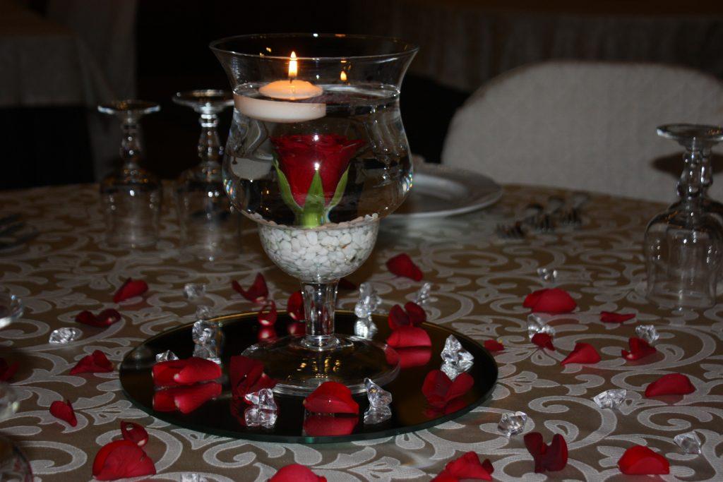 Villa Giuffrida Zafferana Etnea, centro tavola con rosa rossa e candela gallegiante